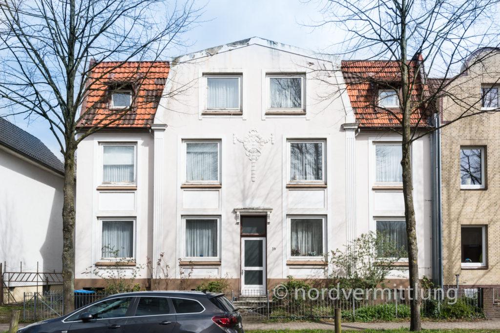 Sanierungsbedürftiges Mehrfamilienhaus mit 6 Einheiten